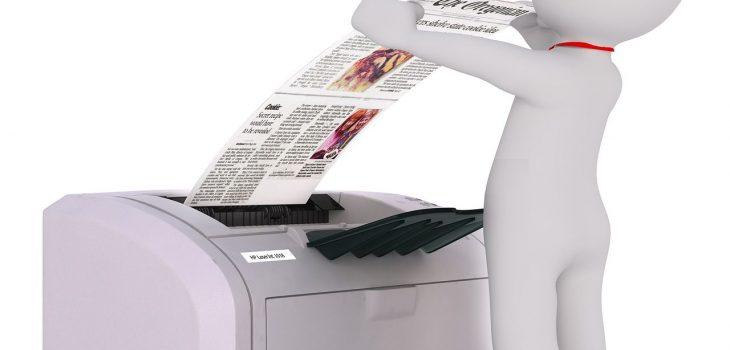 biała figurka drukującego mężczyzny