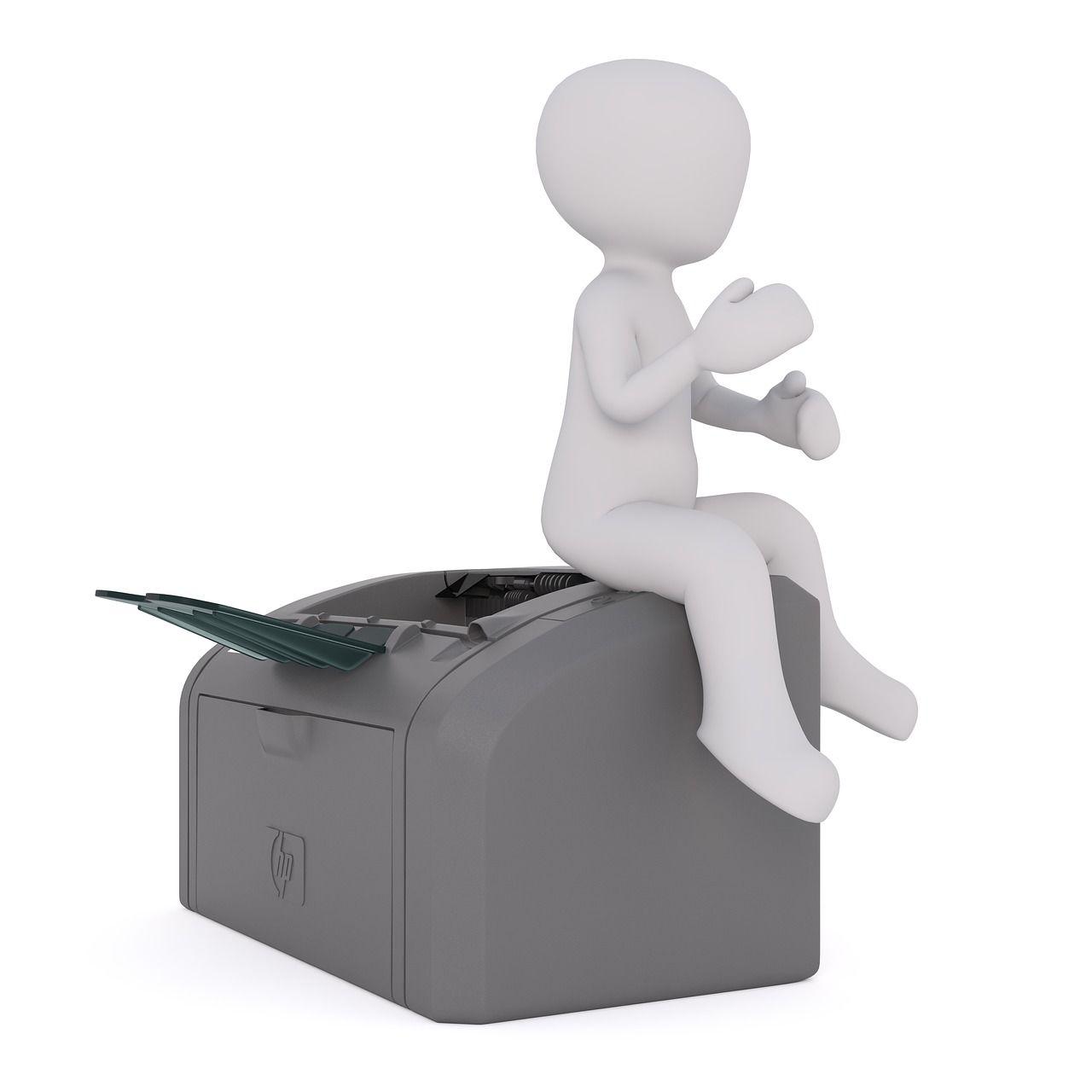 figurka białego mężczyzny siedzącego na drukarce